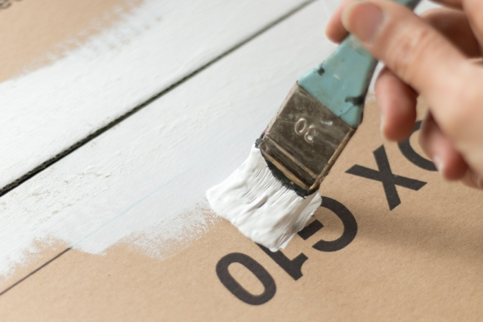 village blanc en maisons de papier, boîte de carton peinte blanche et guirlande lumineuse