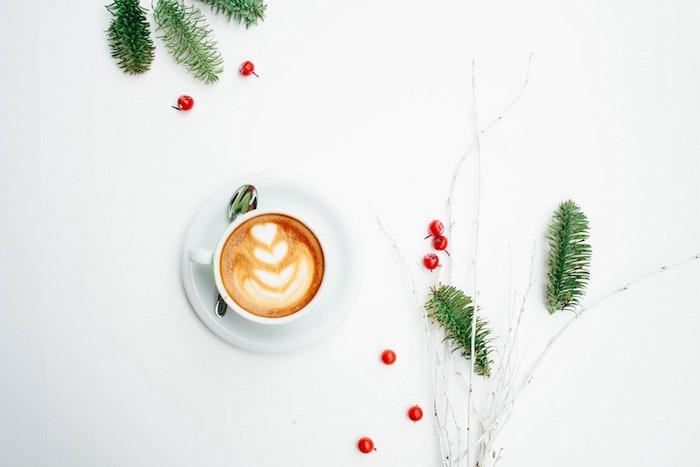wallpaper noel, café au lait, tasse et sous coupe blanches, branches en bois nus, houx et brins de pin