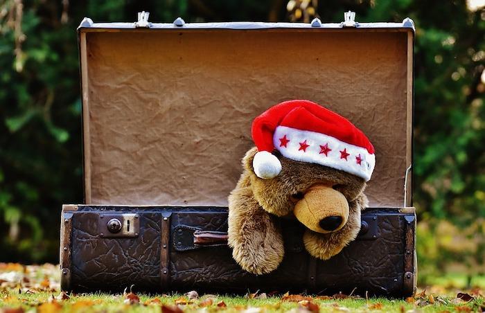 idée images de noël gratuites, ourson peluche avec chapeau de père noel rouge et blanc, sortant d une malle en cuir
