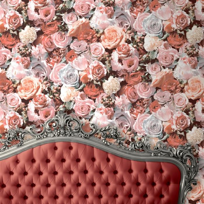 papier peint trompe l'oeil en style néo classique avec des grandes roses rouges et roses sur le mur du canapé en couleur rouge clair