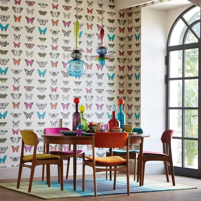papier peint trompe l'oeil avec des papillons en bleu turquoise, noire et blanche et grise sur fond blanc, salle à manger avec des meubles en jaune et orange