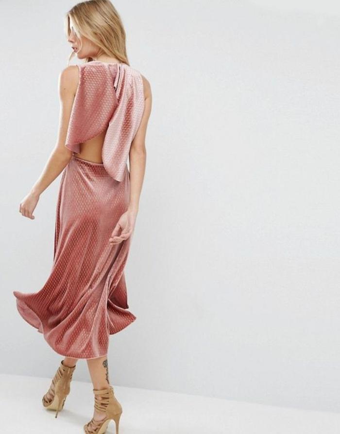 robe de cocktail pour mariage en rose poudré sans manches longueur aux chevilles avec des sandales couleur chair talons aiguilles et avec des lacets fins devant