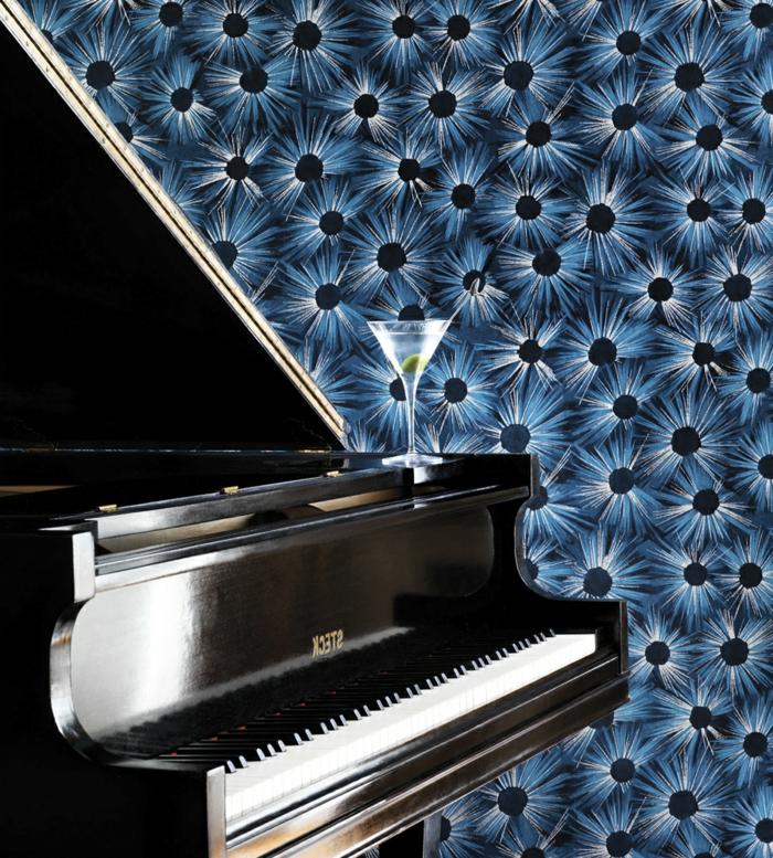 papier peint trompe l'oeil en bleu royal et noir, pour les murs d'un salon, avec piano classique et un verre de cocktail