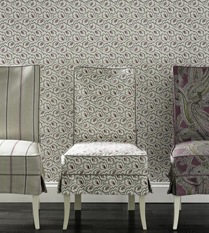 papier peint trompe l'oeil avec des feuilles en noir, blanc et bordeaux, salon avec ameublement classique, 3 chaises revêtues de tissu différent