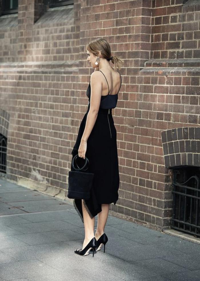 robe pour mariage tenue de mariage femme en noir asymétrique avec des bretelles fines et des chaussures talons aiguilles en noir pointues
