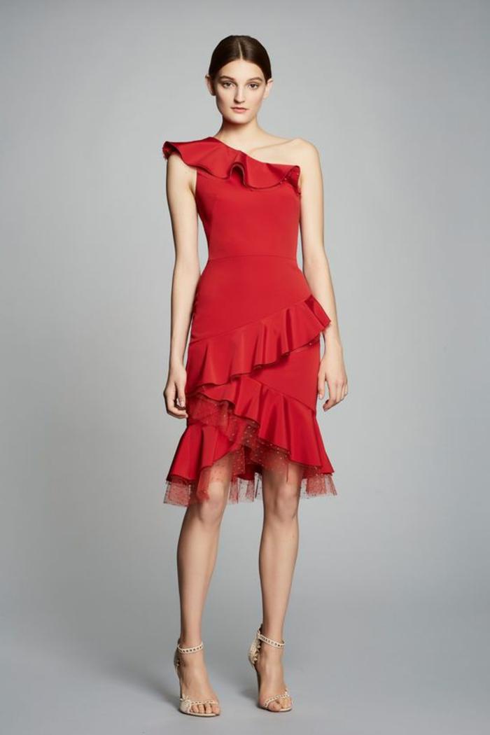 robe de cocktail pour mariage en rouge avec des grands volants et décolleté asymétrique avec volant modèle sans manches
