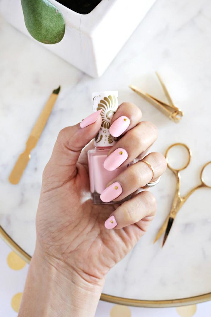 Rose vernis à ongles effet mat manucure beauté féminine manucure avec déco pierres rose poudré
