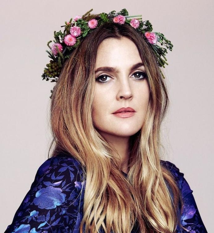 drwe barymore et sa coupe pour visage rond dégradé femme avec différentes longueurs, balayage et accessoire cheveux couronne de fleurs
