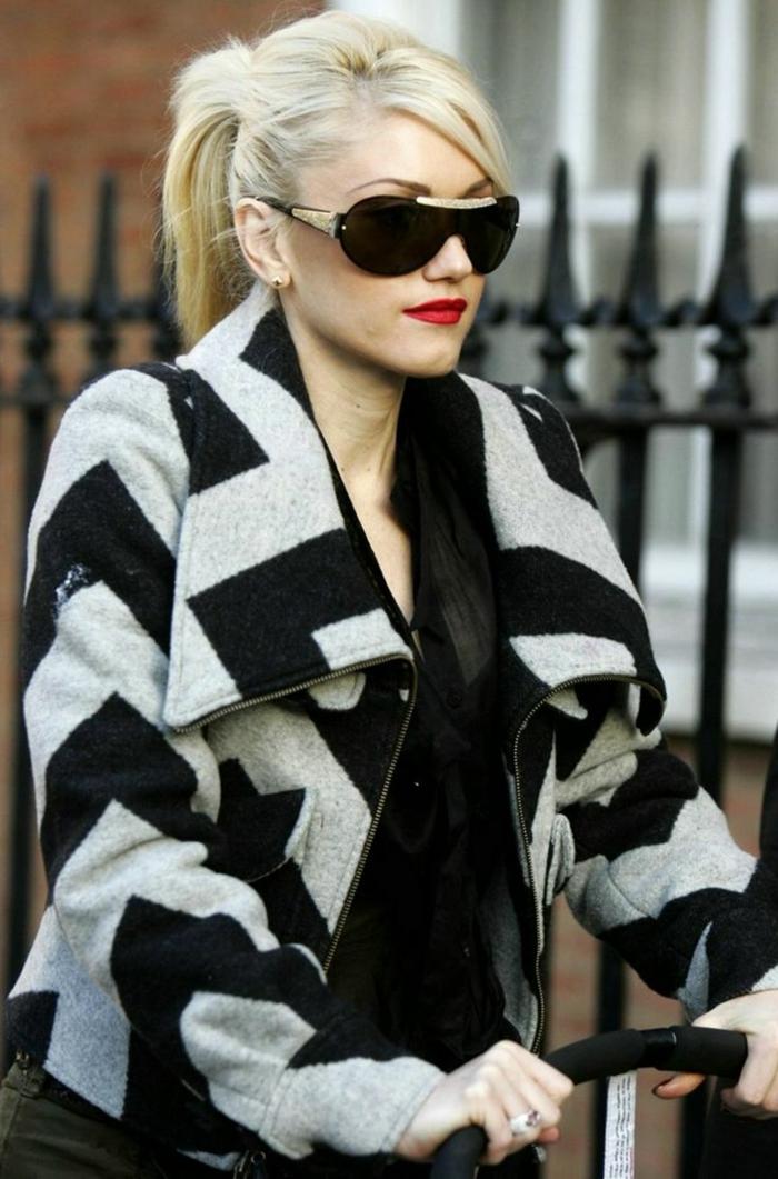Gxwen Steffany avec son style iconique, femme swag, manteau en laine print zigzag