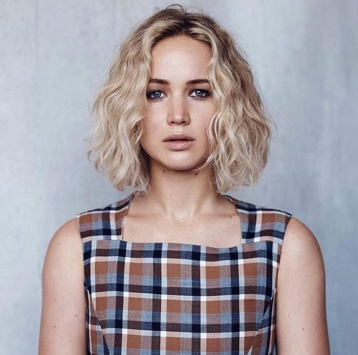 coupe courte visage rond, cheveux bouclés blond, carré mi-long, robe carrés blanc, bleue et rouge