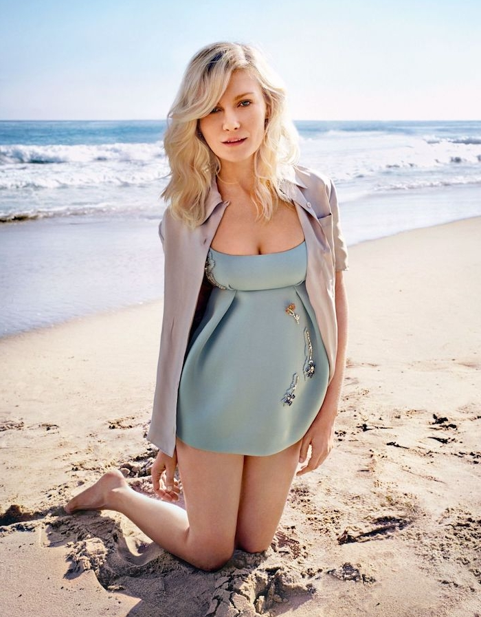 kirsten dunst, coupe pour visage rond, carré mi long avec des beach waves, boucles naturelles, robe de plage bleue