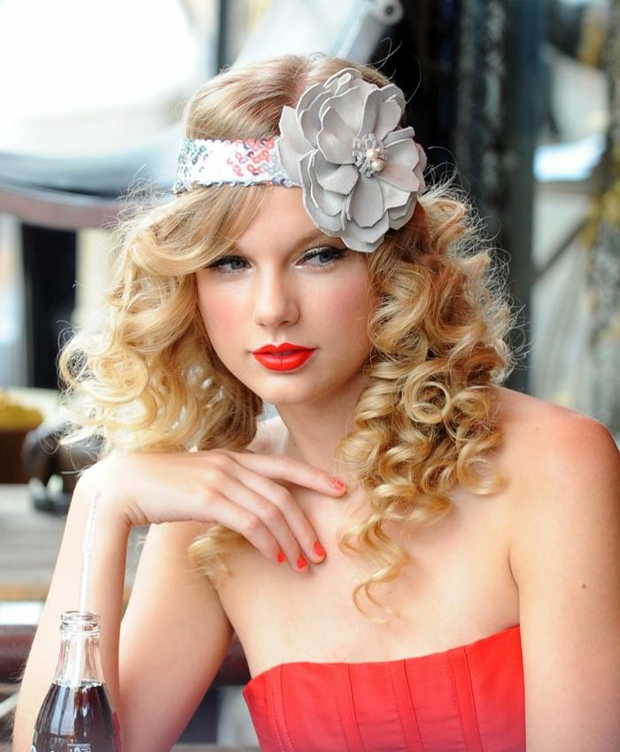 robe bustier rouge, Taylor Swift, maquillage roantique, bandeau avec grande fleur