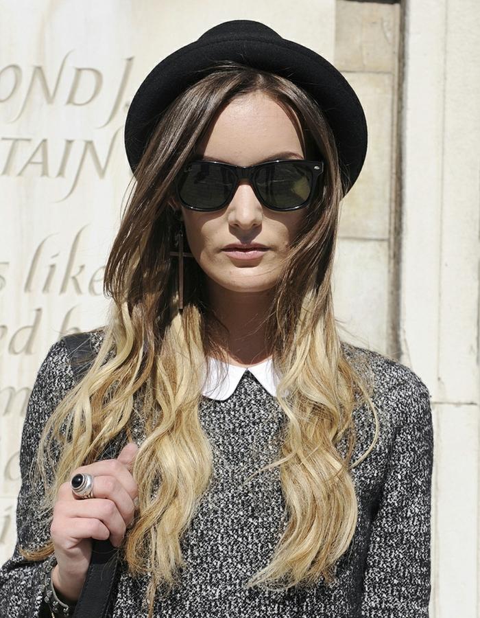 tie and dye blond, coiffure tendance, pull gris et col peter pan, chapeau noir