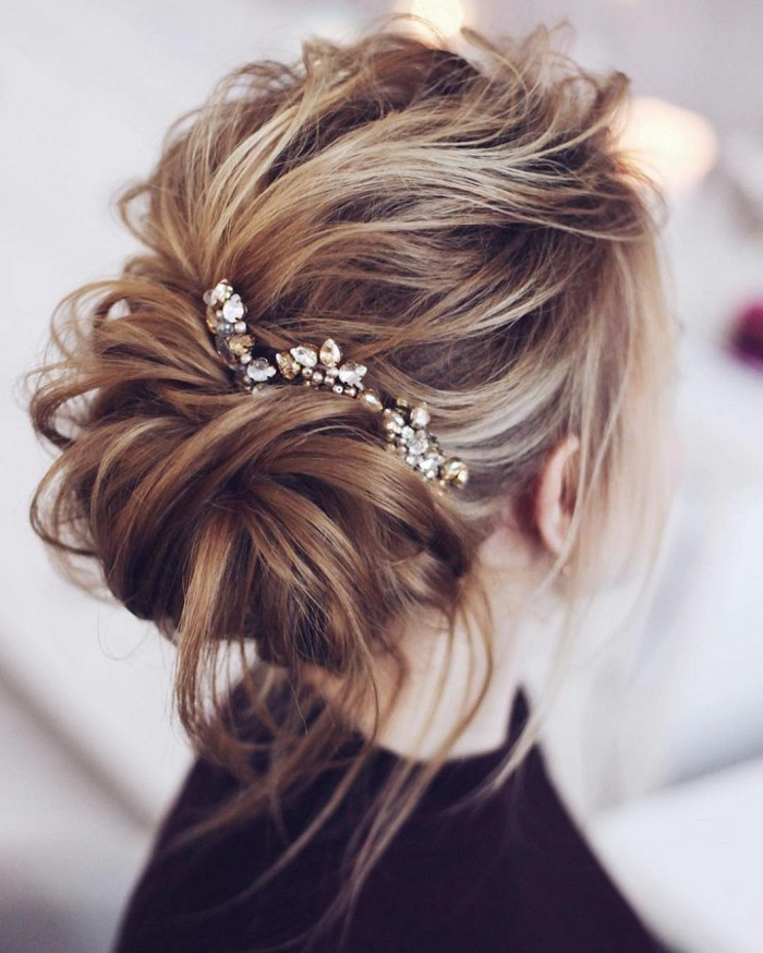 Une coiffure mariée simple coiffure mariée originale idée coiffure chignon décoiffée bijou