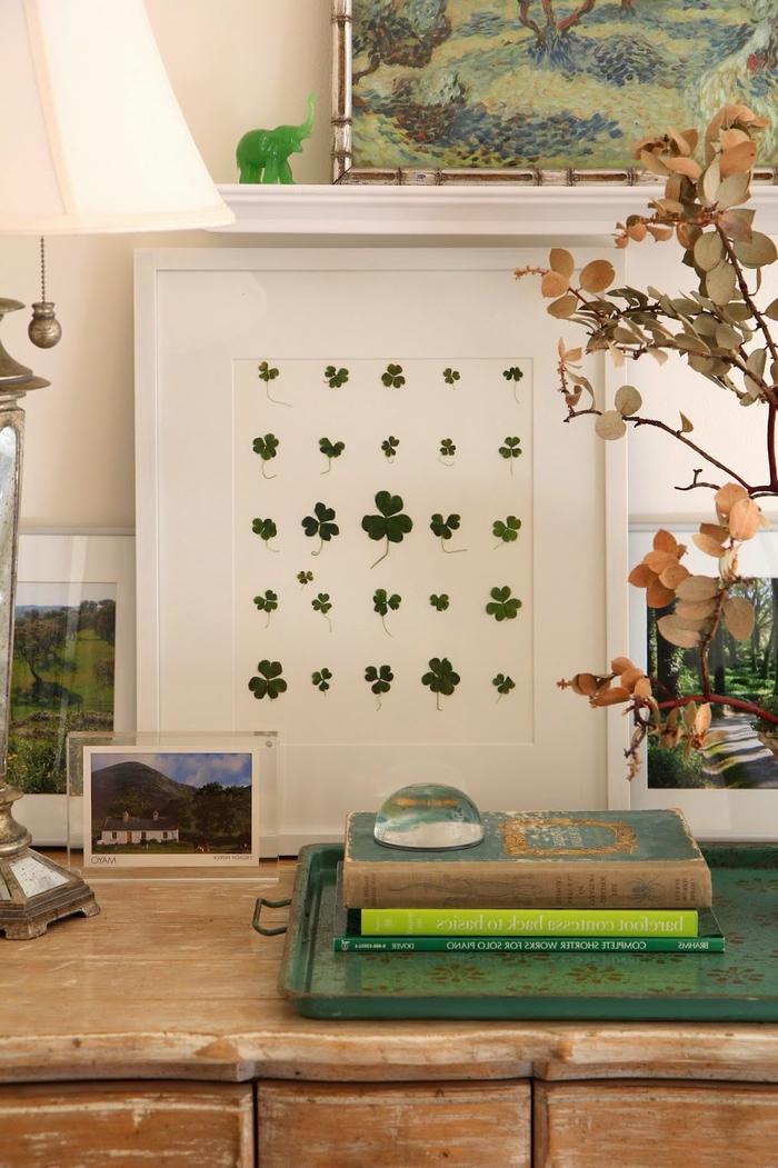 jolie idée pour un cadre deco porte-bonheur avec des trèfles pressées encadrées pour une touche vintage dans la déco