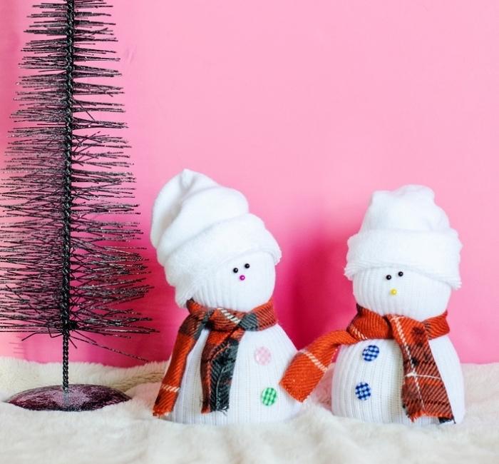 comment faire un bonhomme de neige, mini figurine en chaussette blanche avec bonnet et écharpe orange