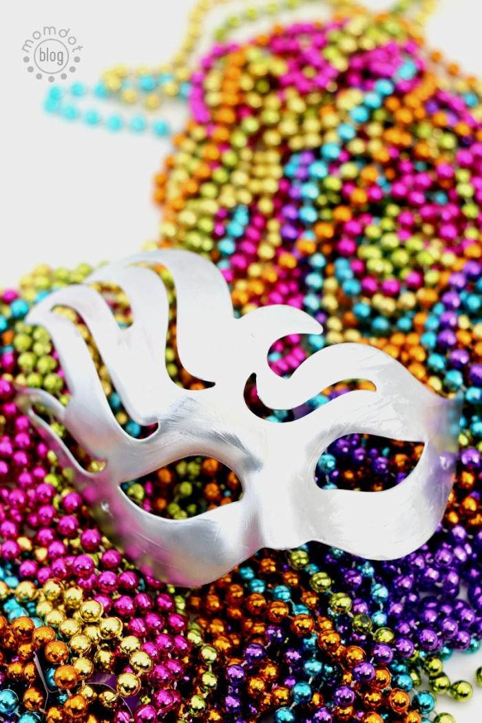 masque carnaval venise, projet diy avec masque de peinture argentée et petites perles décoratives de couleurs variées