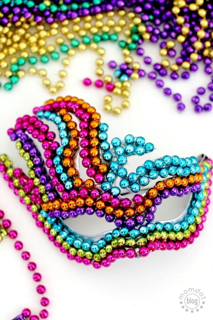 masque deguisement, étapes à suivre pour faire un masque de carnaval avec perles de différentes couleurs