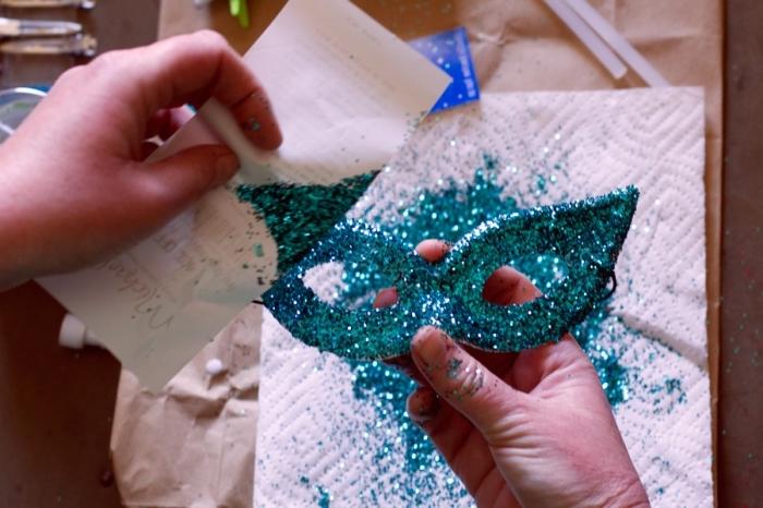 loisir creatif, étapes à suivre pour décorer son masque de carnaval, masque en plastique blanc couvert de glitter vert