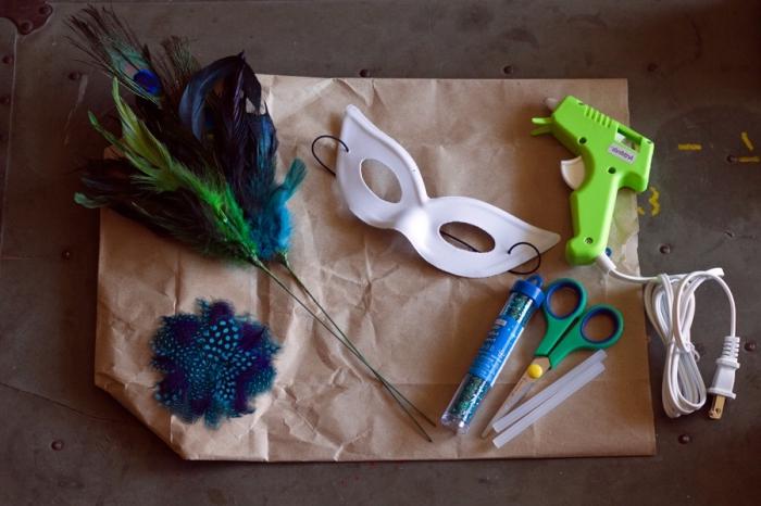 masque deguisement, matériaux nécessaire pour faire un masque diy, masque blanc avec paillettes et plumes