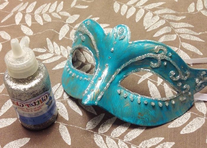 fabriquer un masque, comment décorer un masque blanc en plastique avec peinture turquoise et glitter argenté