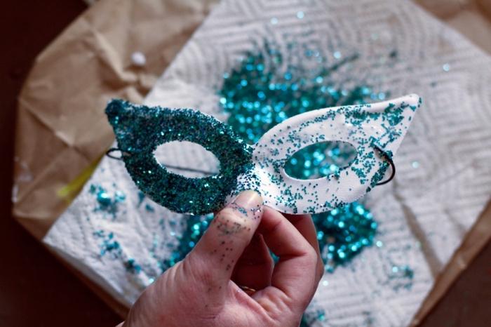 fabrication de masque de carnaval, décoration masque en plastique blanc avec peinture paillette vert
