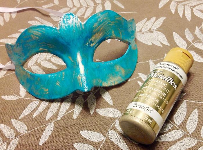 loisir creatif, masque de carnaval diy peinte en peinture turquoise avec décoration de peinture dorée