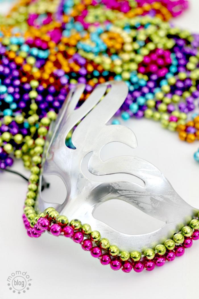 masque deguisement, instructions pour créer un masque de carnaval, application de perles colorées sur masque argenté