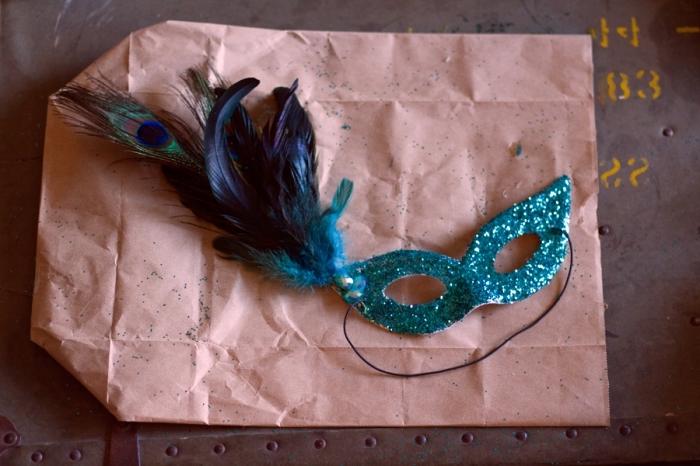 idée activité manuelle, projet diy déguisement féminin pour mascarade, modèle de masque glitter avec plumes