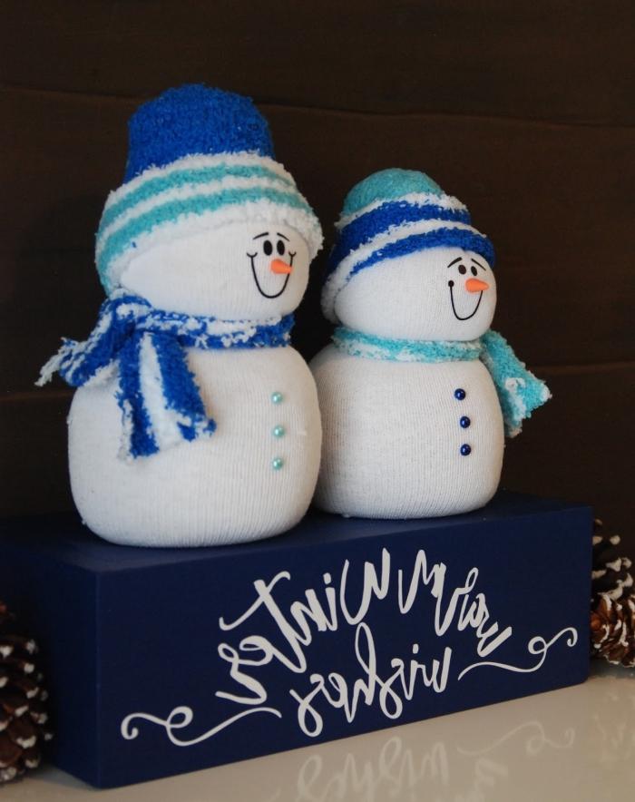comment faire un bonhomme de neige, doudou fabriqué à main avec chaussettes et perles bleues