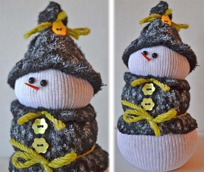 bonhomme de neige en chaussette, petit objet décoratif de Noel en corps blanc et avec accessoires gris
