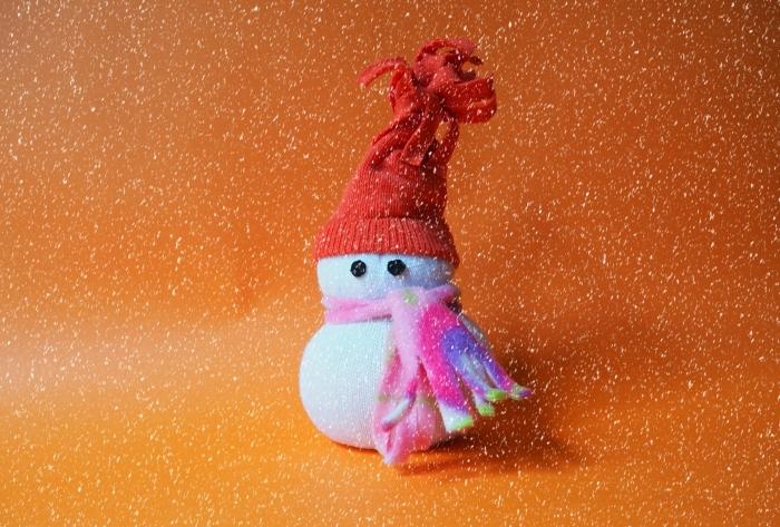 comment faire un bonhomme, petite figurine en chaussette habillée avec écharpe rose et bonnet rouge à franges