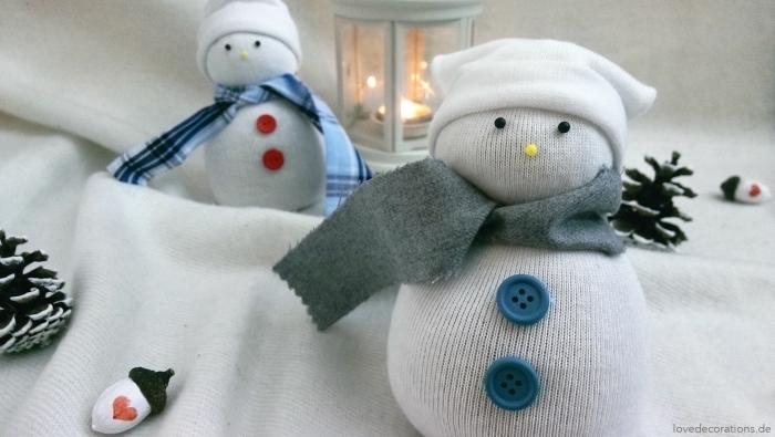 comment faire un bonhomme, ambiance festive avec bougie allumée et bonhommes de neige diy