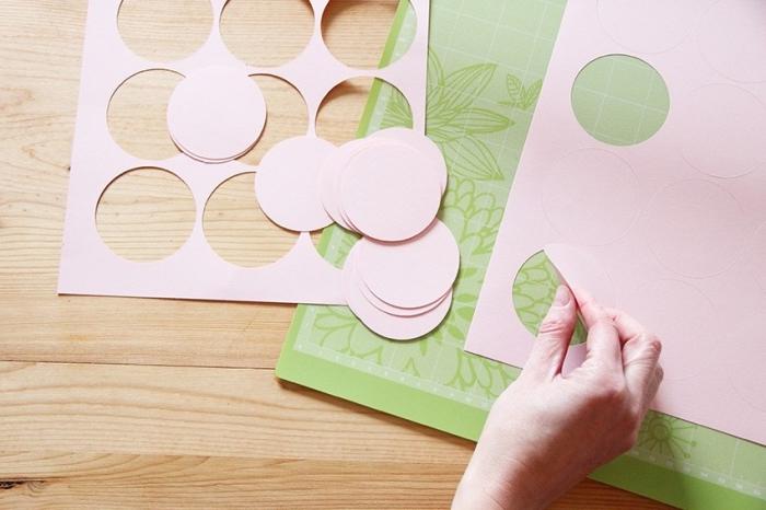 comment faire une guirlande en papier, tutoriel pour réaliser une décoration de chambre fille en papier rose