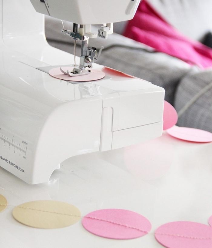 activité créative, étapes à suivre pour faire une guirlande en cercles identiques de papier rose