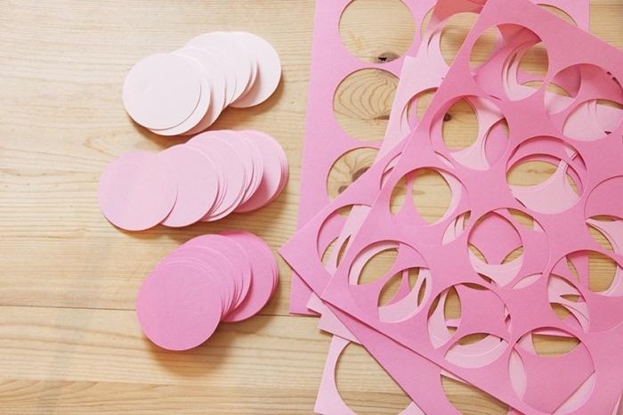 guirlande magic, projet diy facile avec feuilles de papier rose, cercles de papier pour fabriquer une décoration de chambre