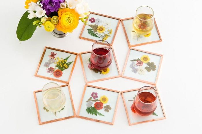 idée original pour un bricolage fête des mères avec des fleurs pressées, dessous de verres élégants à fleurs encadrées effet cuivre