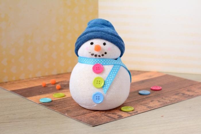 bonhomme de neige chaussette, doudou blanc fait à la main avec chaussette blanche et boutons à différentes couleurs