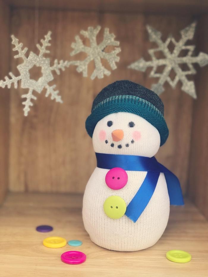 decoration de noel fait main, petit bonhomme de neige avec écharpe et bonnet bleu, modèles de flocon de neige diy argentés