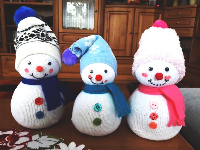 decoration de noel fait main, petites figurines blanches habillées en écharpe et bonnet à design Noel