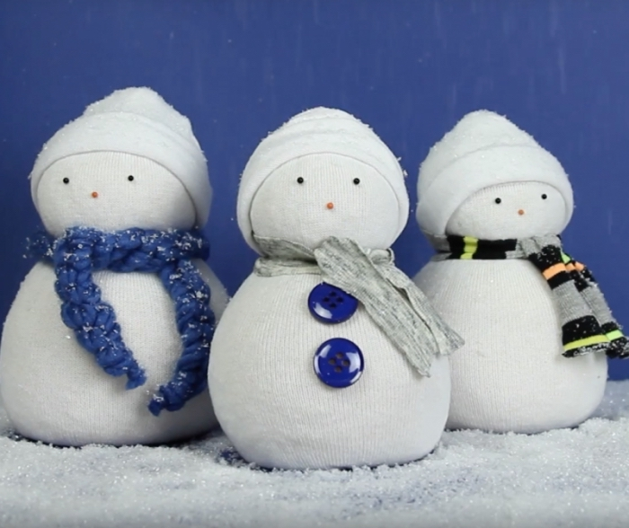 chaussette homme, déco hivernale avec fond bleu et sol en neige artificielle, projet diy facile pour faire une figurine