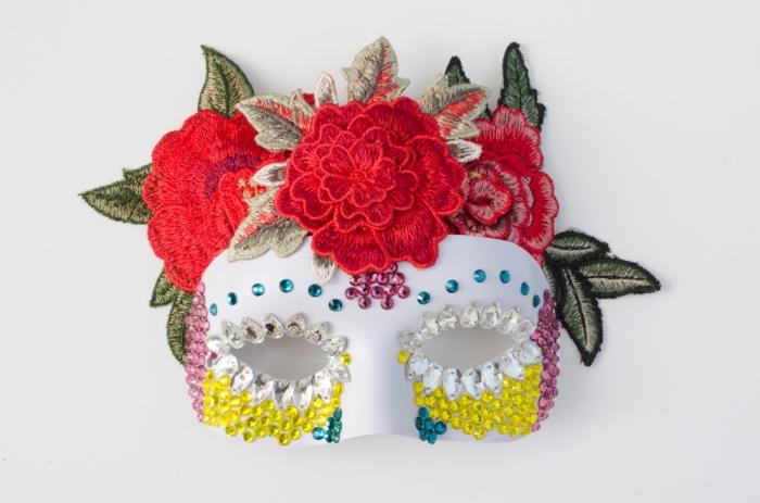idée activité manuelle, modèle de masque de carnaval décoré de paillettes multicolore et broderie florale rouge et vert