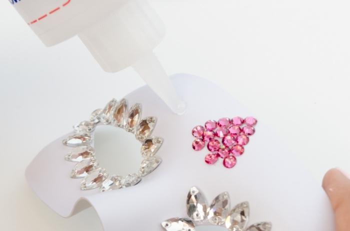fabriquer un masque, comment faire un masque pas à pas avec colle forte et paillettes rose et bijoux à coudre
