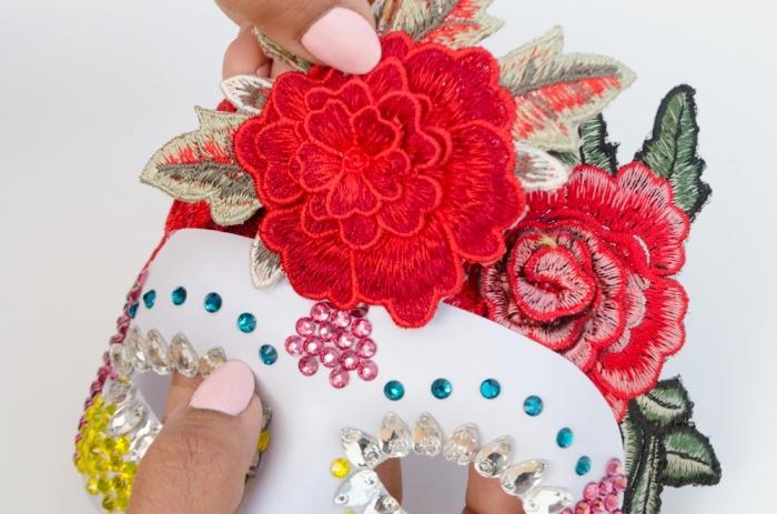 masque bal masqué femme, réalisation de masque de carnaval avec paillettes décoratives et broderie florale