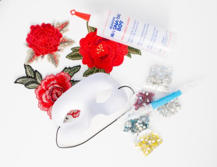 loisir creatif, matériaux nécessaire pour fabriquer un masque de carnaval comprenants colle et paillettes de couleurs variées