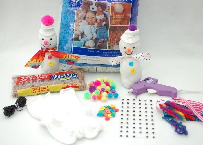 décoration de noel à faire soi même, matériaux à utiliser pour faire et décorer son bonhomme de neige en chaussette blanche