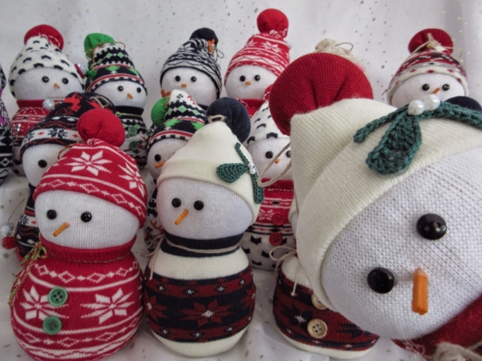 comment faire un bonhomme de neige, figurines décoratives pour Noel fabriquées de chaussures et chutes de tissu