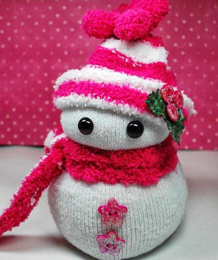 chaussette homme, modèle de bonhomme de neige en chaussette blanche décoré avec perles noires et boutons rose