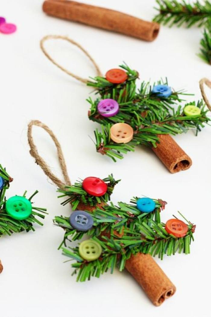 deco de noel a faire soi meme avec des sticks de cannelle et des boutons en couleurs gaies, a suspendre avec une petite ficelle sur l'arbre de noel
