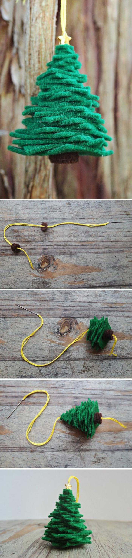 bricolage de noel sapin avec des petits morceaux de tissu vert, construit sur une ficelle jaune, pour suspendre dans certains coins et recoins